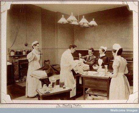 The operating theatre of London's Metropolitan Hospital in 1896. © Wellcome Images
